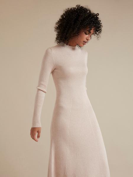 Трикотажное платье-миди в рубчик - фото 3