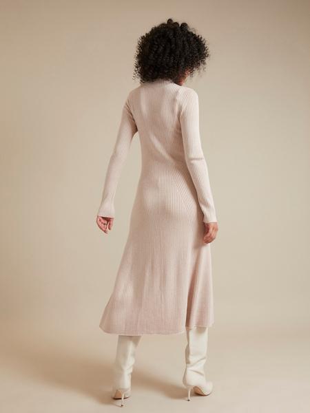 Трикотажное платье-миди в рубчик - фото 5