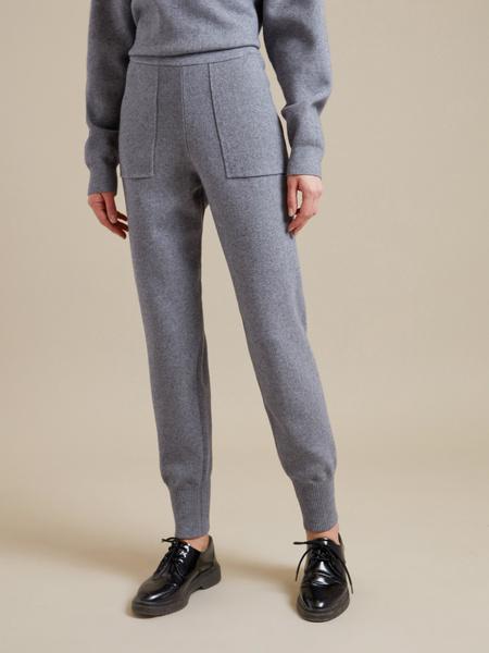 Трикотажные брюки с накладными карманами - фото 2