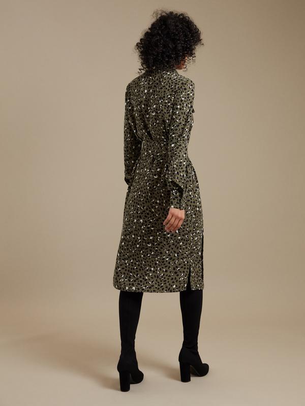 Платье-рубашка с анималистичным принтом - фото 5