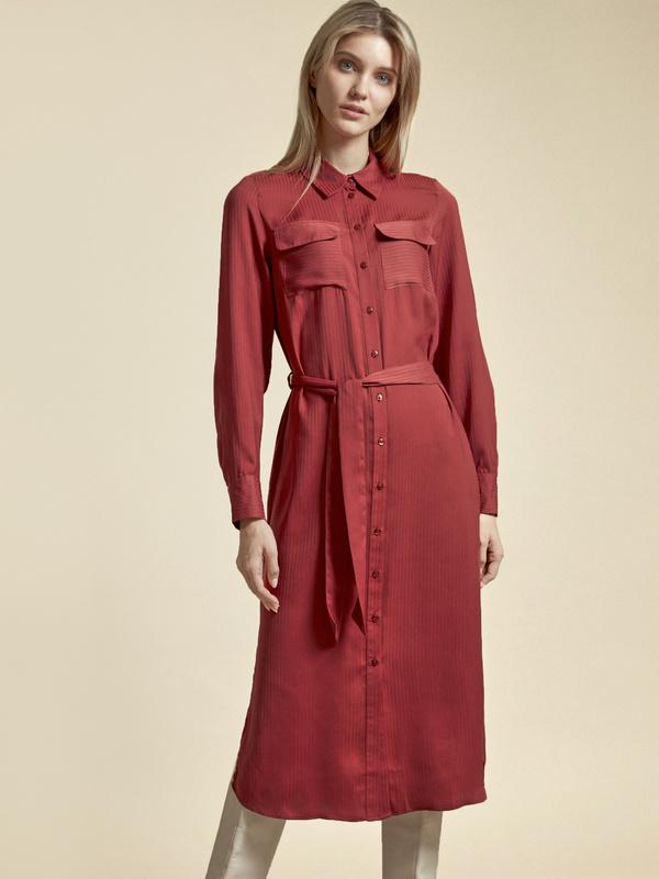 Атласное платье-рубашка с поясом