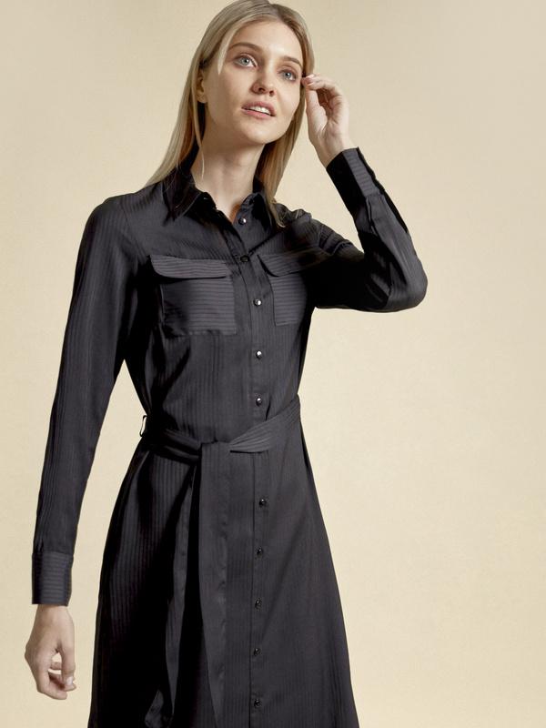 Атласное платье-рубашка с поясом - фото 3