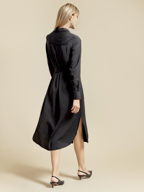 Атласное платье-рубашка с поясом - фото 5