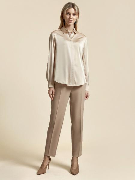 Атласная блузка с декоративными пуговицами - фото 2