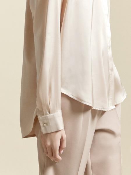 Атласная блузка с декоративными пуговицами - фото 3