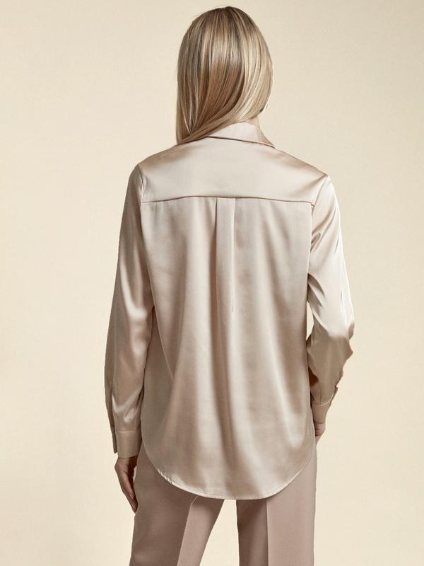 Атласная блузка с декоративными пуговицами - фото 5