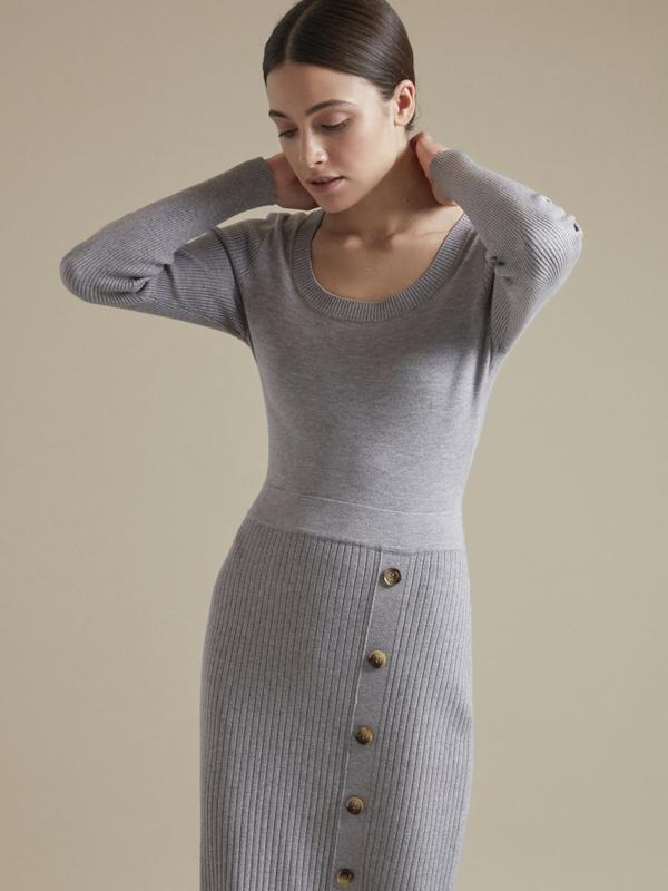 Облегающее трикотажное платье с пуговицами - фото 3