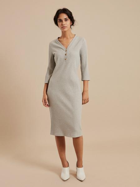 Платье-миди в рубчик с V-вырезом - фото 2