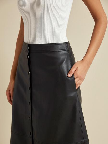 Расклешенная юбка-миди из экокожи - фото 4