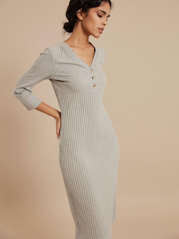 Платье-миди в рубчик с V-вырезом