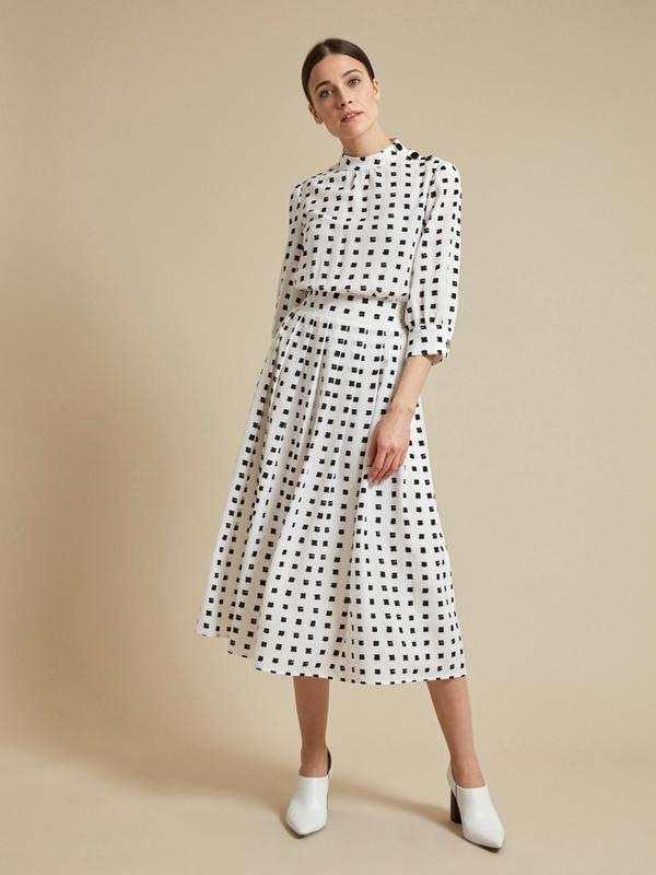 Платье-миди с пуговицами на плече