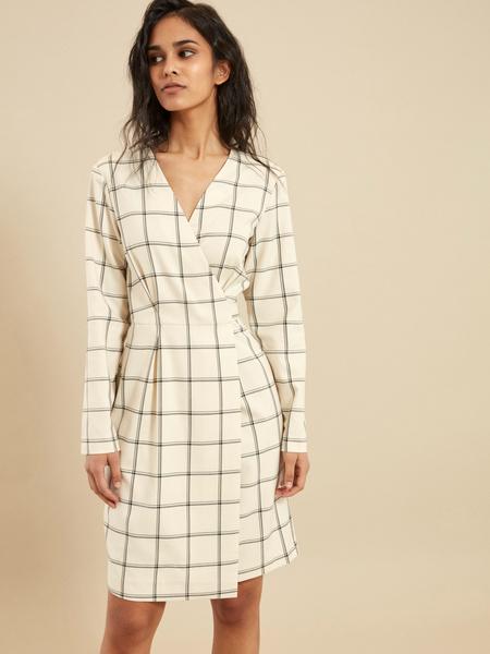 Приталенное платье-миди на запахе - фото 1