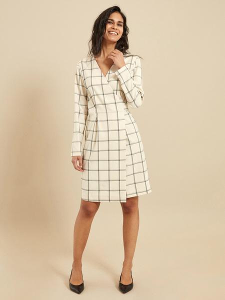 Приталенное платье-миди на запахе - фото 4