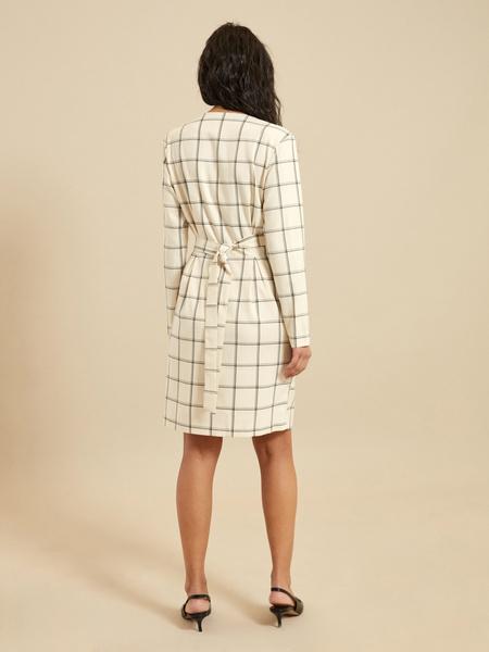 Приталенное платье-миди на запахе - фото 5