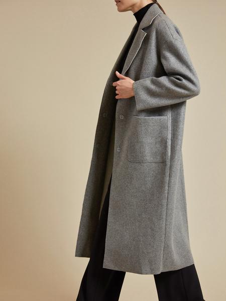 Пальто с поясом и накладными карманами - фото 2