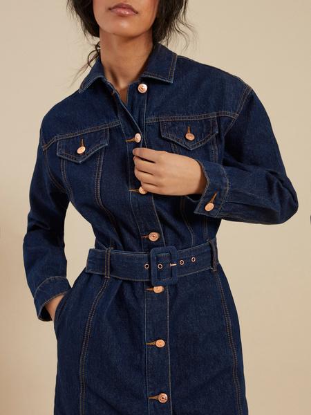 Джинсовое платье-рубашка с ремнем - фото 4