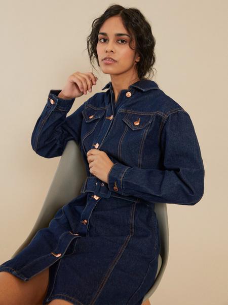 Джинсовое платье-рубашка с ремнем - фото 5