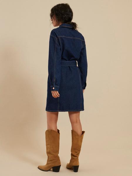 Джинсовое платье-рубашка с ремнем - фото 6