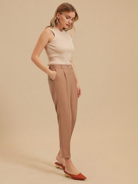 Зауженные брюки с подворотами
