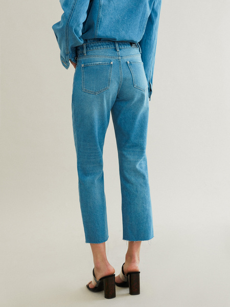 Укороченные джинсы со срезанным краем - фото 4
