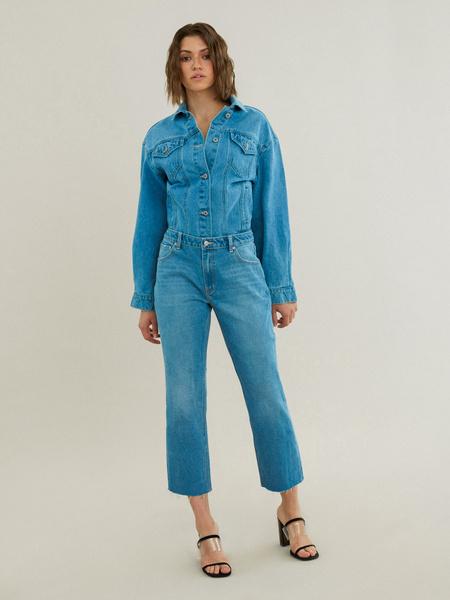 Укороченные джинсы со срезанным краем - фото 5