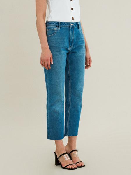 Укороченные джинсы со срезанным краем - фото 2
