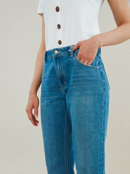 Укороченные джинсы со срезанным краем - фото 3