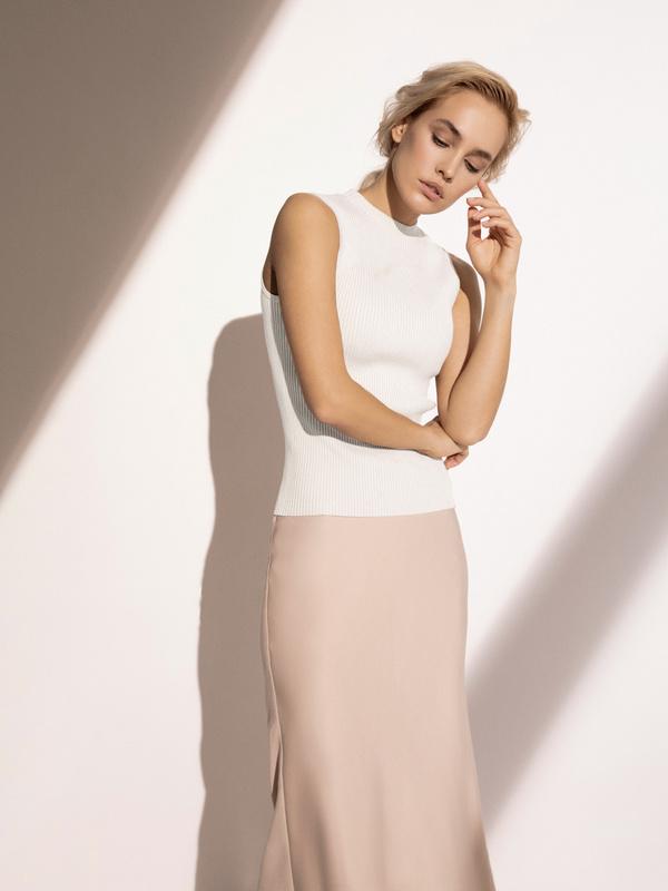 Блузка в рубчик с открытыми плечами