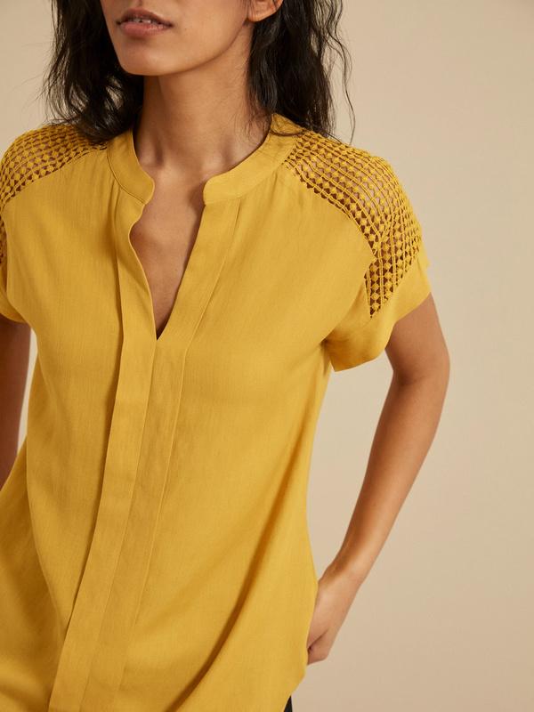 Блузка с ажурной вставкой - фото 2