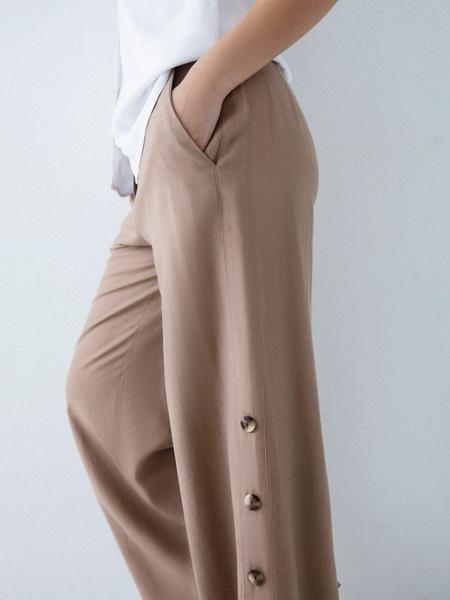 Широкие брюки с пуговицами по бокам - фото 3