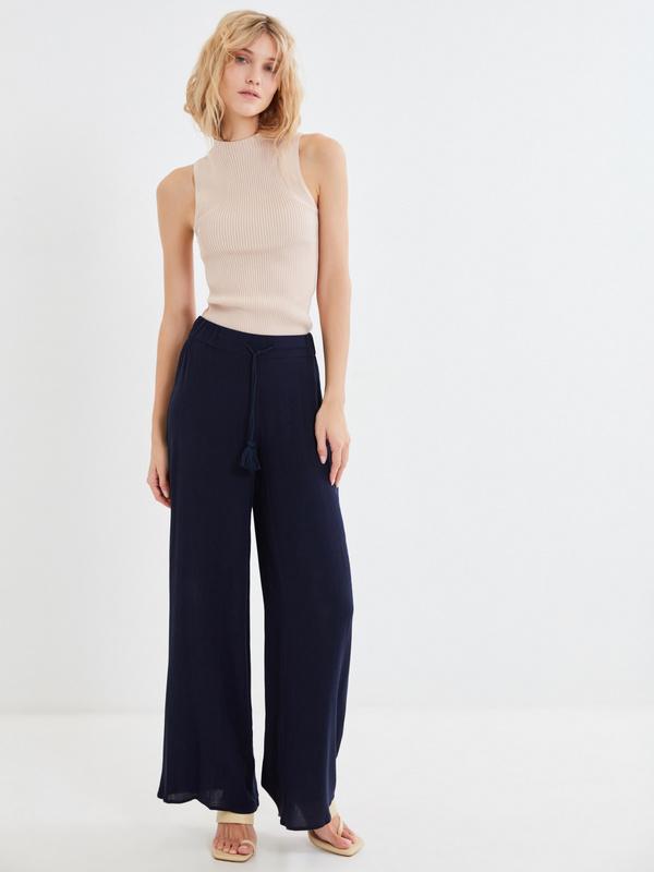 Широкие брюки с поясом-шнурком