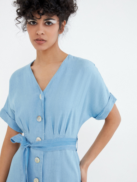 Джинсовое платье на поясе - фото 2