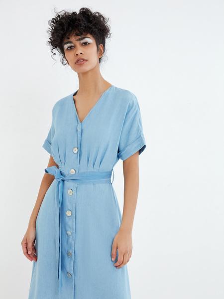 Джинсовое платье на поясе - фото 3