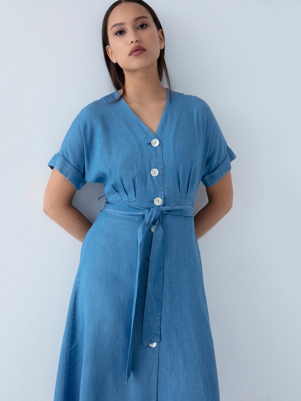 Джинсовое платье на поясе - фото 5