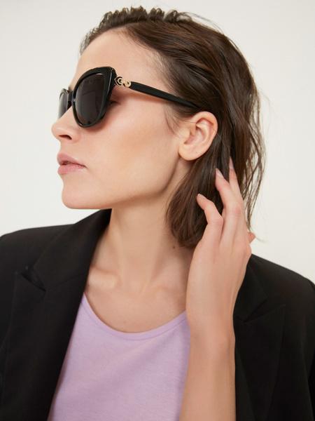 Солнцезащитные очки в пластиковой оправе