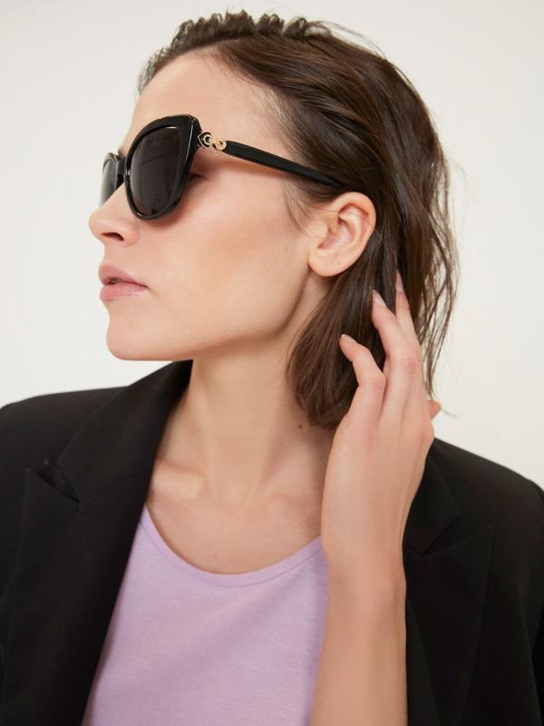 Солнцезащитные очки в пластиковой оправе - фото 1