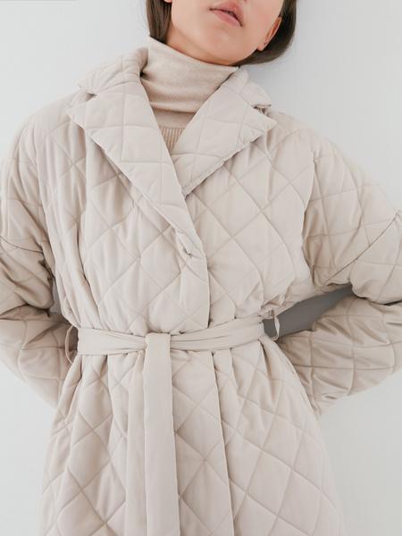 Стеганое пальто на поясе - фото 4