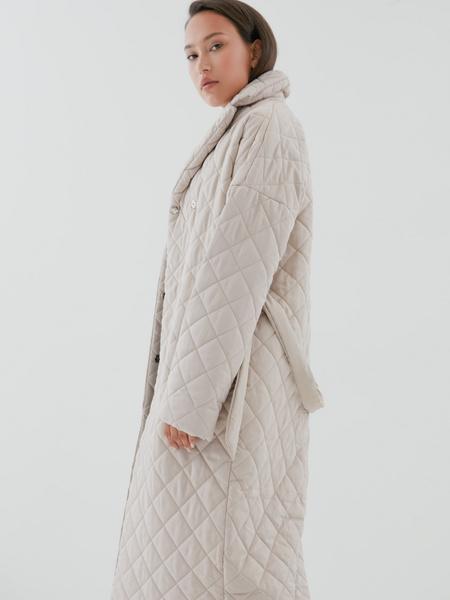 Стеганое пальто на поясе - фото 6