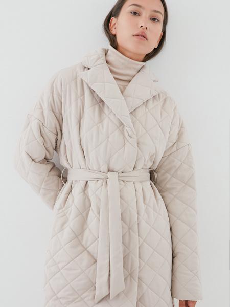 Стеганое пальто на поясе - фото 10