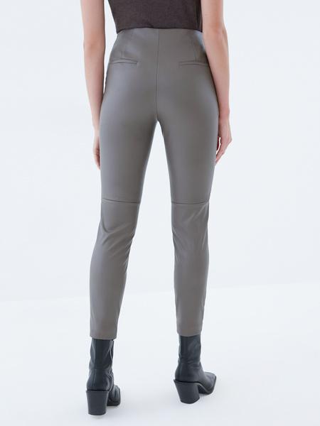 Узкие брюки из экокожи - фото 5