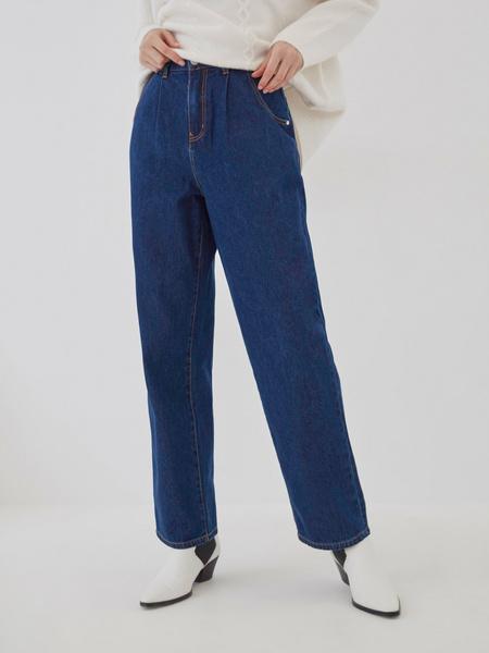 Прямые джинсы с защипами на талии
