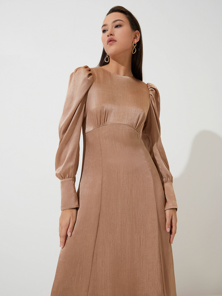 Атласное платье с высокой талией