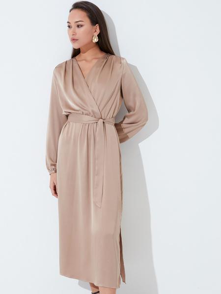 Атласное платье с поясом - фото 1