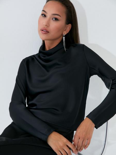 Атласная блузка с закрытым горлом