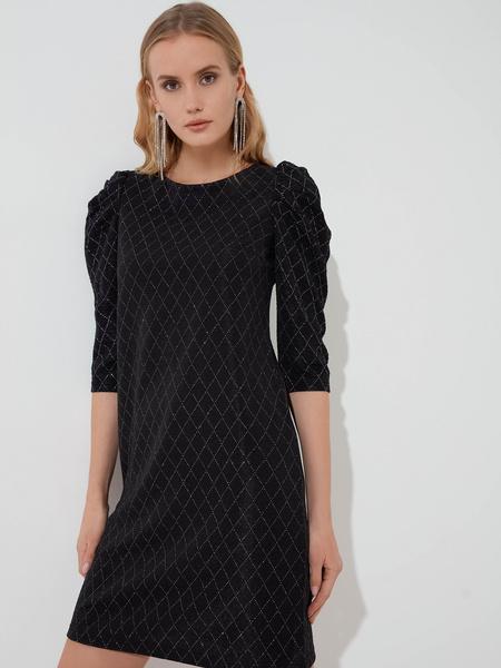 Платье со сборкой по рукавам