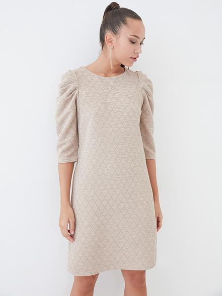 Платье со сборкой по рукавам - фото 6