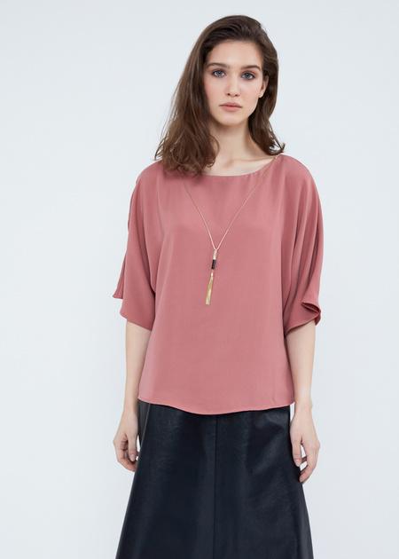 Струящаяся блузка с кулоном - фото 1