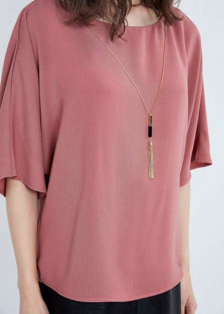 Струящаяся блузка с кулоном - фото 2