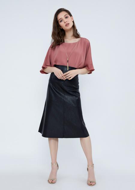 Струящаяся блузка с кулоном - фото 3