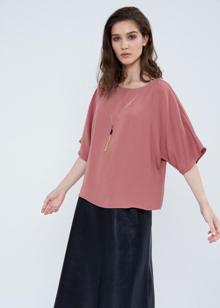 Струящаяся блузка с кулоном - фото 4